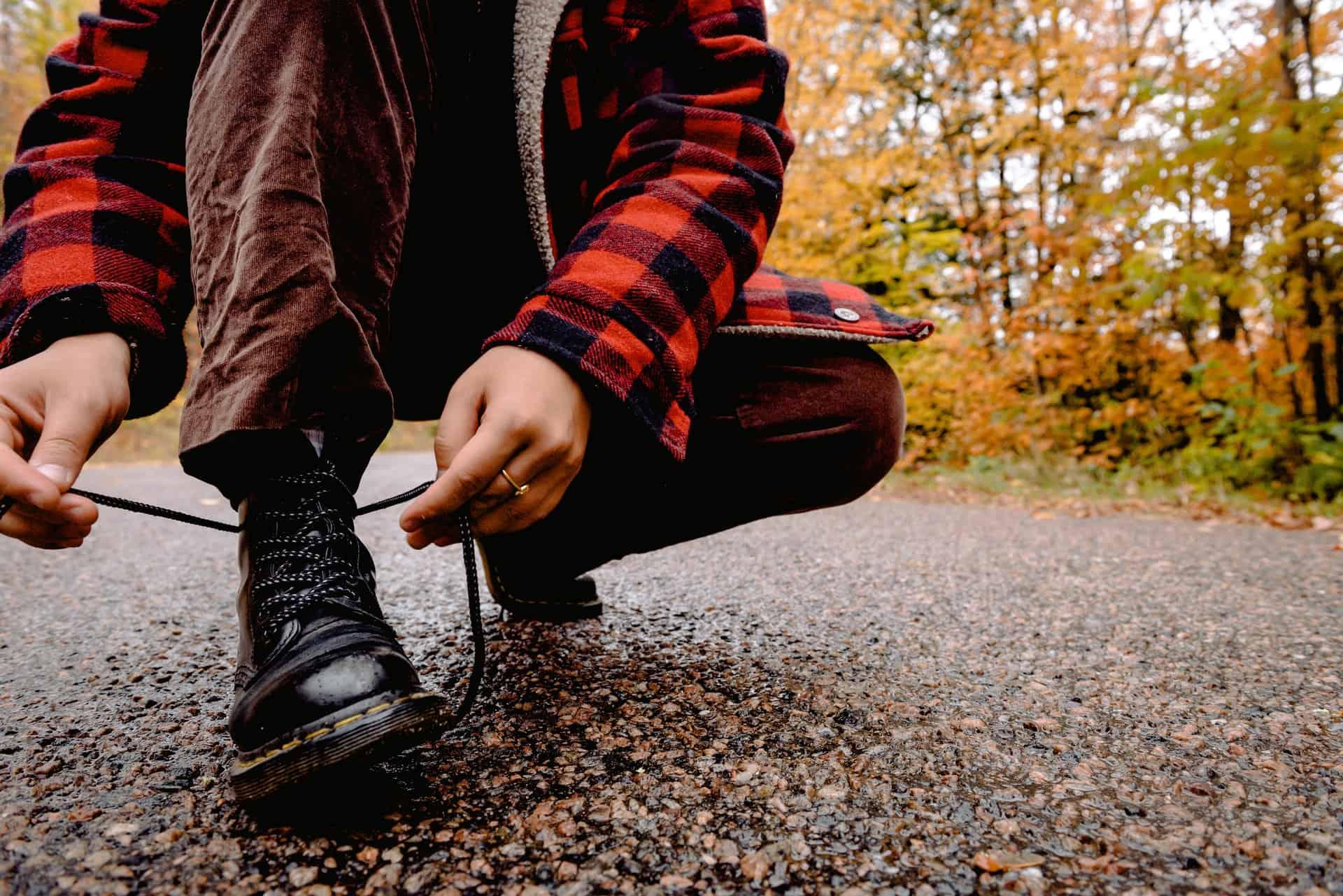 boots tying man